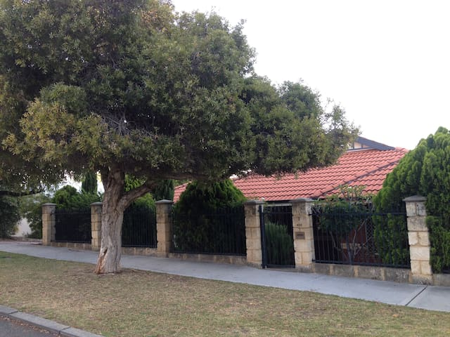 Lovely central 3 x 2, private garden residence - West Leederville - Huis
