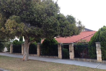 Lovely central 3 x 2, private garden residence - West Leederville - Casa