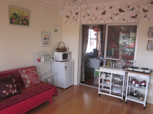 Cheerful studio sanctuary: up to 3 guests