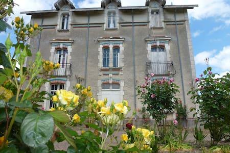 Maison Rosiers - Faye-l'Abbesse