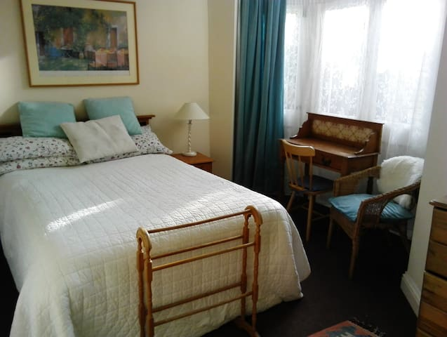 Sunny double room in SW London
