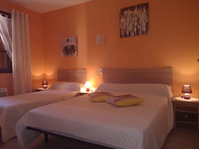 Chambre avec un lit en 140 et un lit en 90, fenêtre donnant sur Peyreleau