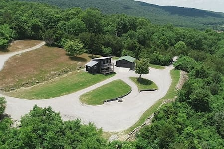 11 secluded acres/hot tub/ view/ gameroom/fire pit