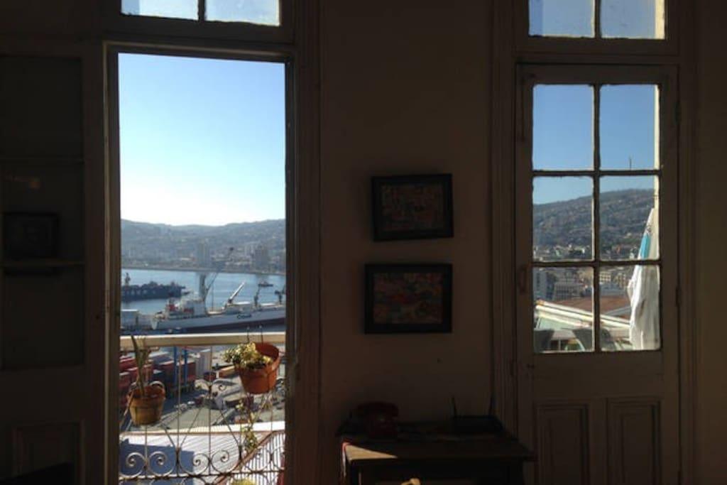 habitacion principal con balcon, con vista a bahia de valparaiso, doble circulacion