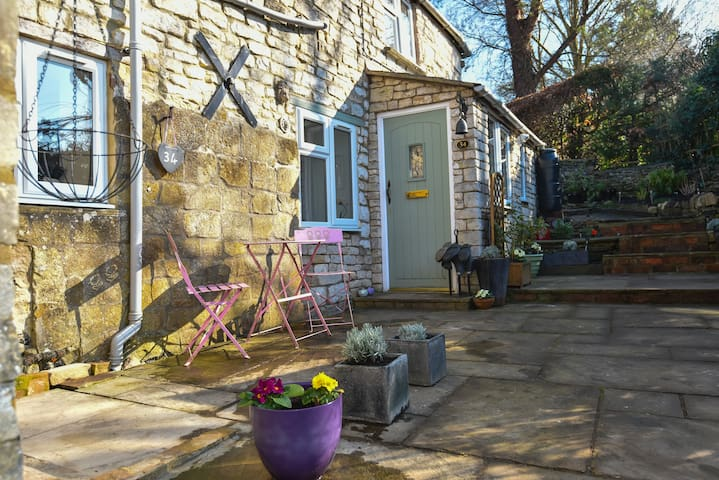 Uley, quiet cottage for two on the Cotswold Way