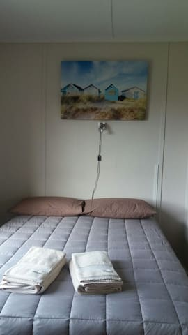A Bed For a Head. Double bed,clean & tidy, homely