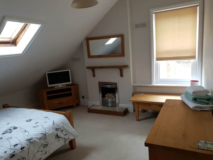 Light and airy double room (2)