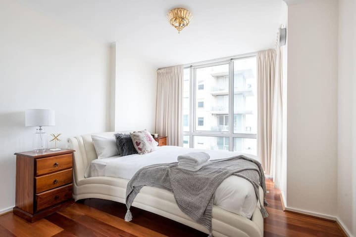 Spacious Modernity 3BR Across from Crown + Free Parking (2 spots)