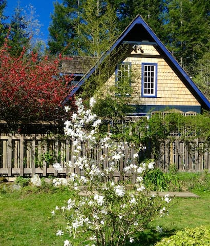 Indigo Cottage at Ruby Lake - Madeira Park - Talo