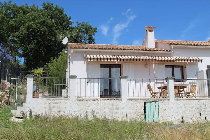 Petite maison avec belle terrasse