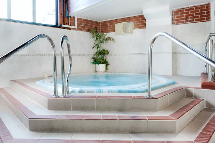 Spacious 2 Bedroom Apartment | Access to a Shared Hot Tub + Pool + Sauna