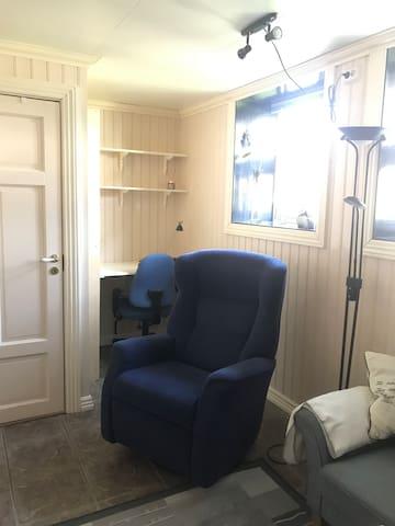 Stue med liten arbeidskrok