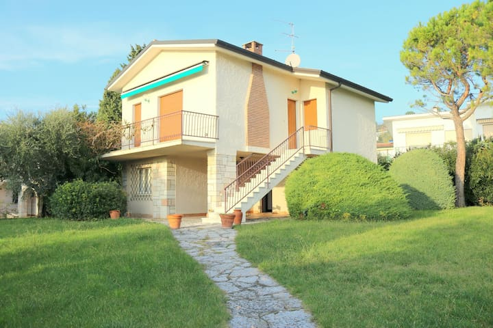 Holiday apartment with large garden and lake view, swimming pool at 200m.
