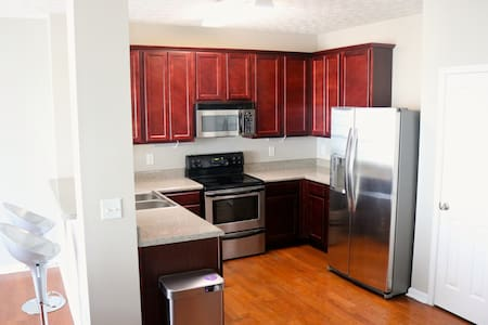 Luxury Close To The Airport (w/ Keyless Entry)
