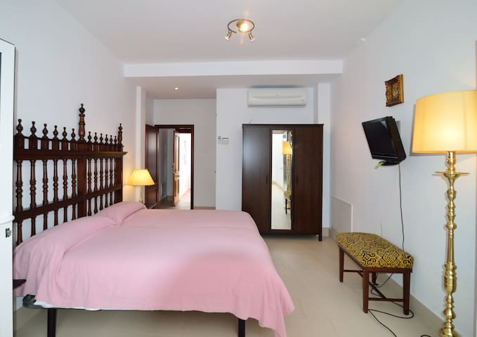 Real Suite 33 Patio - Mairena del Alcor - Huis