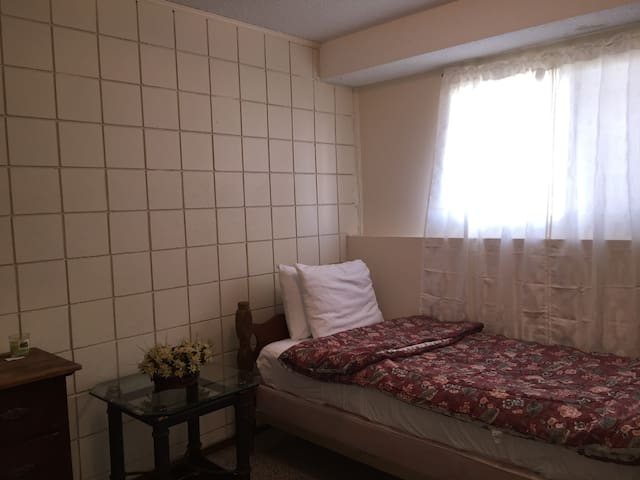 Quiet room close to malls and airport