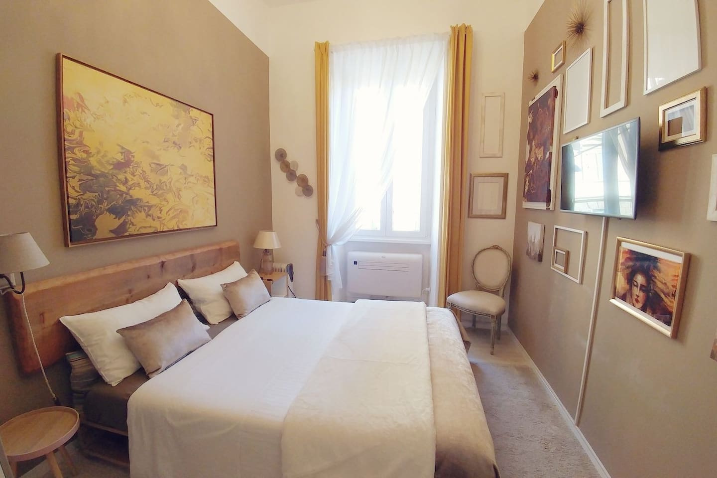 Huge and Bright Double Room with independet air condition system and Smart TV System connected to Fibra Heigh Speed WiFi. Room has window and very is Bright.