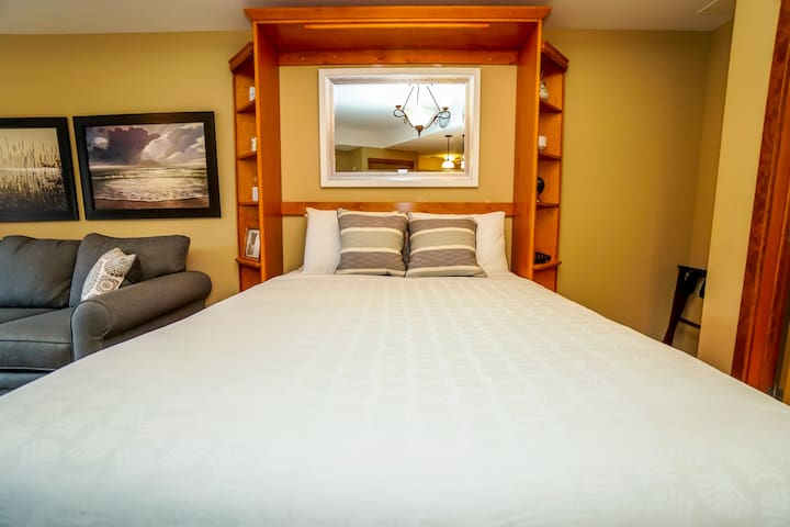 """""""This was a Lovely and Clean space to stay. Check-in and Check-out were very simple. We also had a question about hot tub access in the evening and was given a very prompt response."""""""