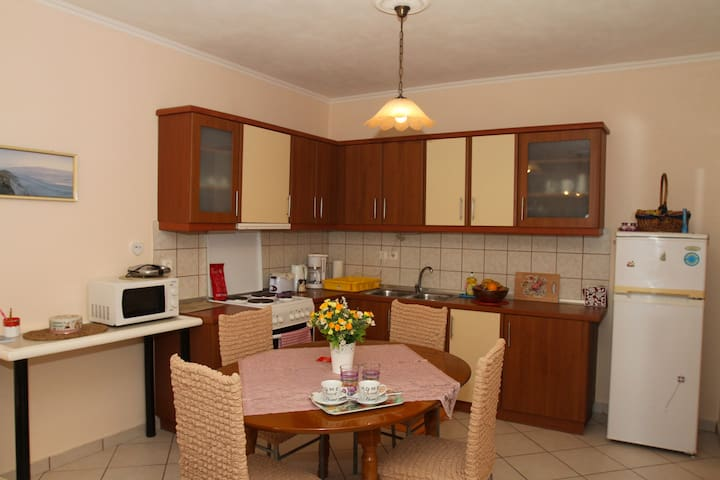 Cool & quiet 4-person apartment with garden - Kontokali