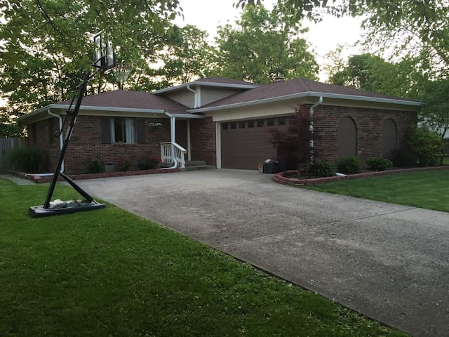 3 BR Home In Safe Neighborhood. Great for Indy 500 - Greenwood - Rumah