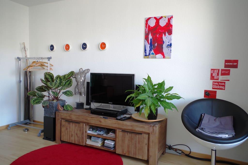Fernseher und Radio sind vorhanden - ein Kleiderständer ebenso :-)