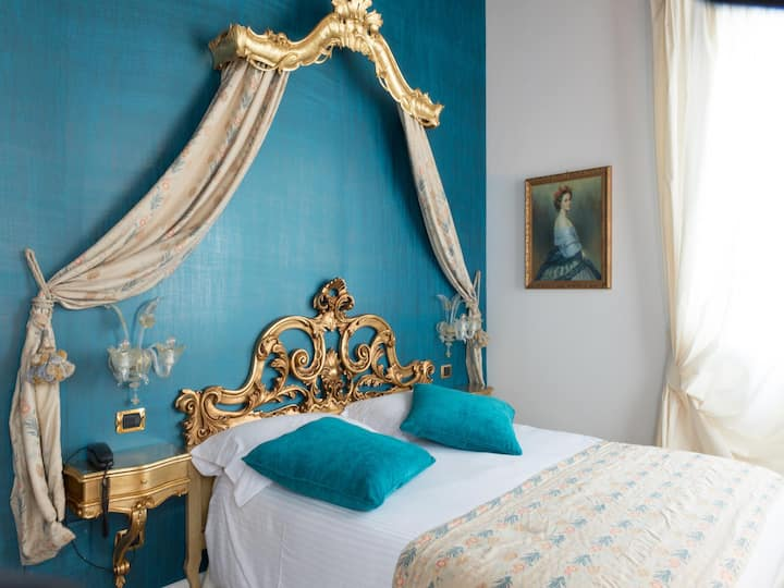 Deluxe room (blue) with jacuzzi near Venice