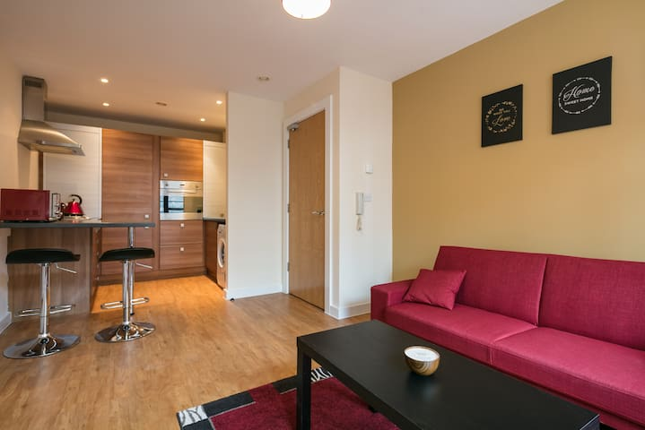 ★ CENTRAL & MODERN ★  Style & Comfort ★  Sky TV - Salford - Appartement