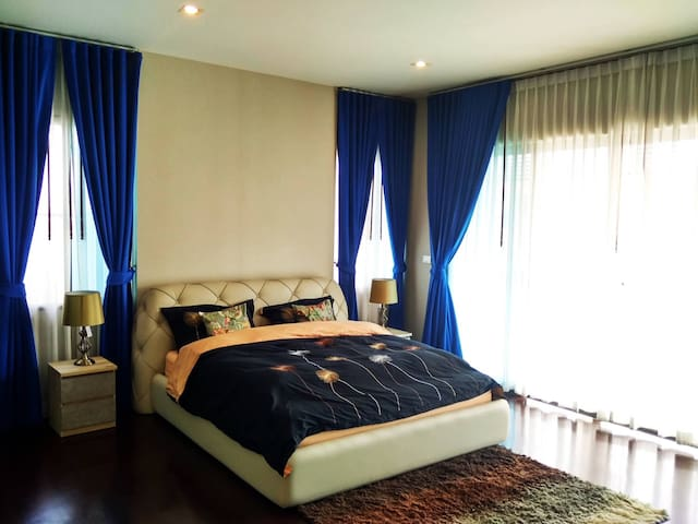 Grand master bedroom with jaguchi. - Banguecoque - Casa