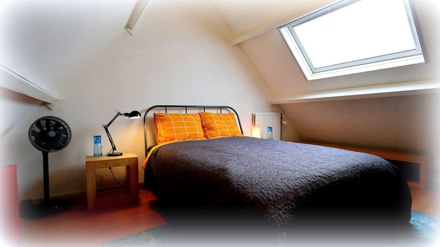 De aparte slaapruimte is voorzien van airco.