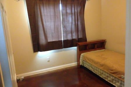 Bed and bath near Austin Airport - House