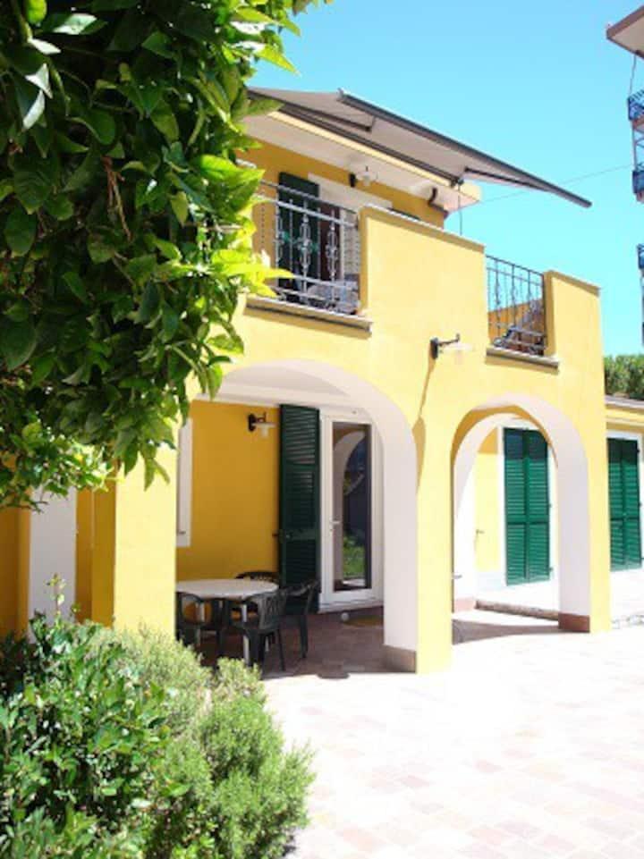ANDORAMARE central town house near the beach