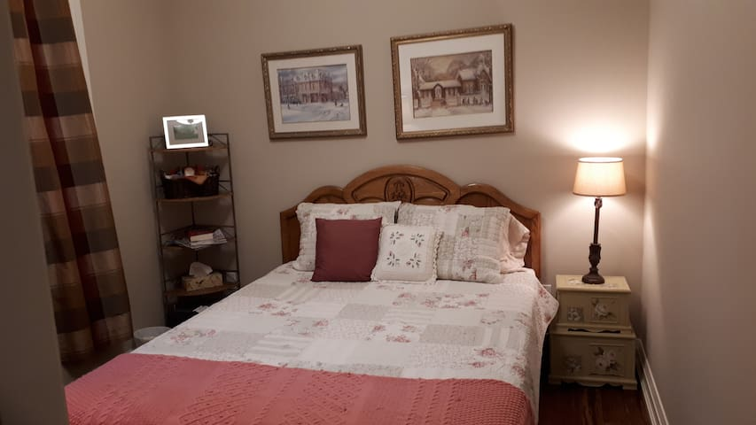 1BR in Cozy, Country Home 30 min Pearson Airport