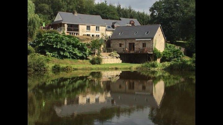 Le Grenier (Gite 1) Moulin le ponto with lake.