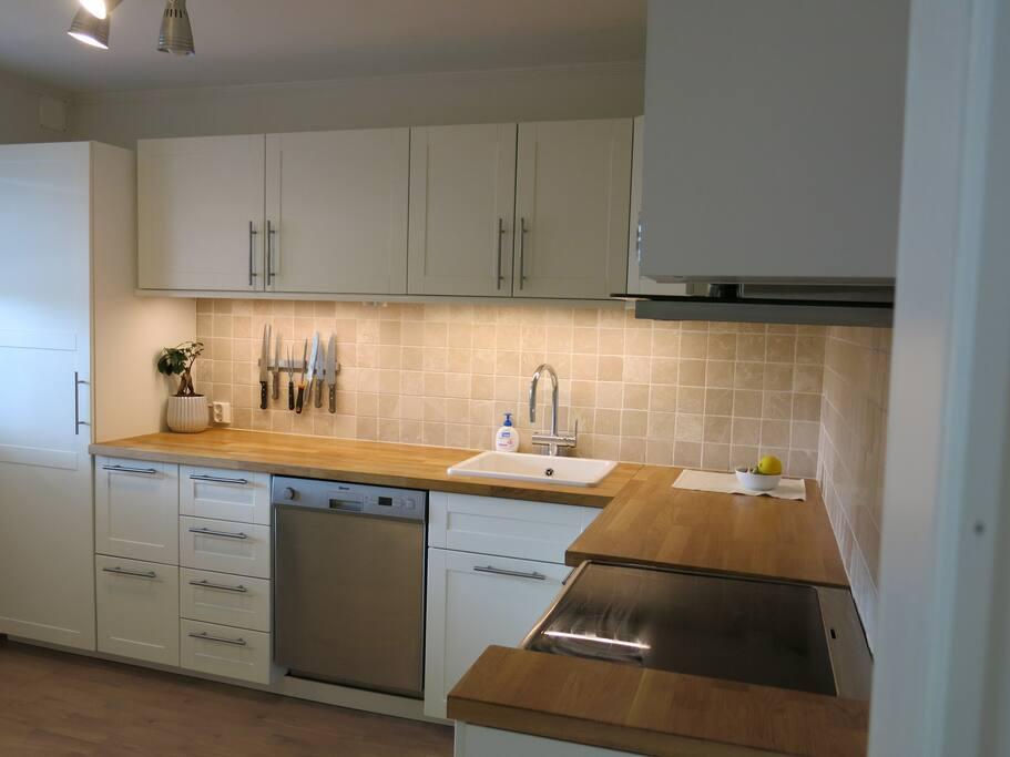 Kjøkken med oppvaskmaskin, kombiskap og stekeovn
