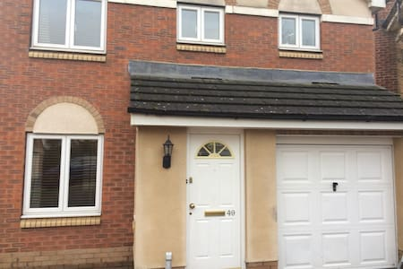 3 bedroom detached house with private parking - Harrogate