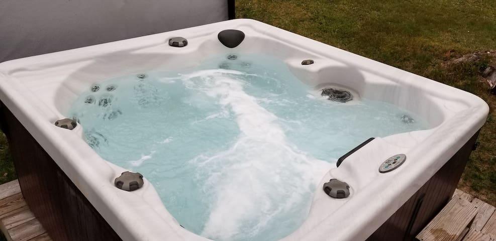 Rustic Bear Cabin w/ Hot tub