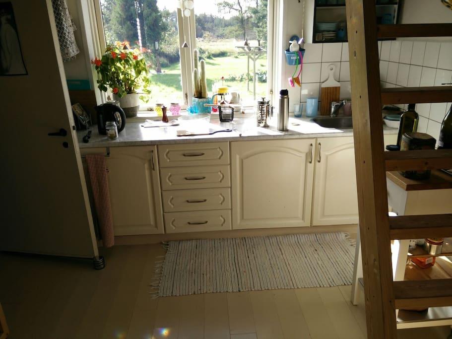 lille thekøkken med stejl trappe op til værelserne