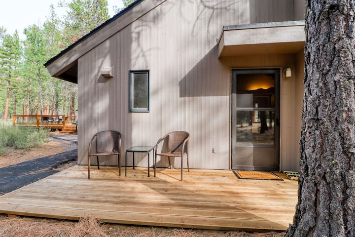 Cozy, romantic getaway w/ woodland setting & shared deck!