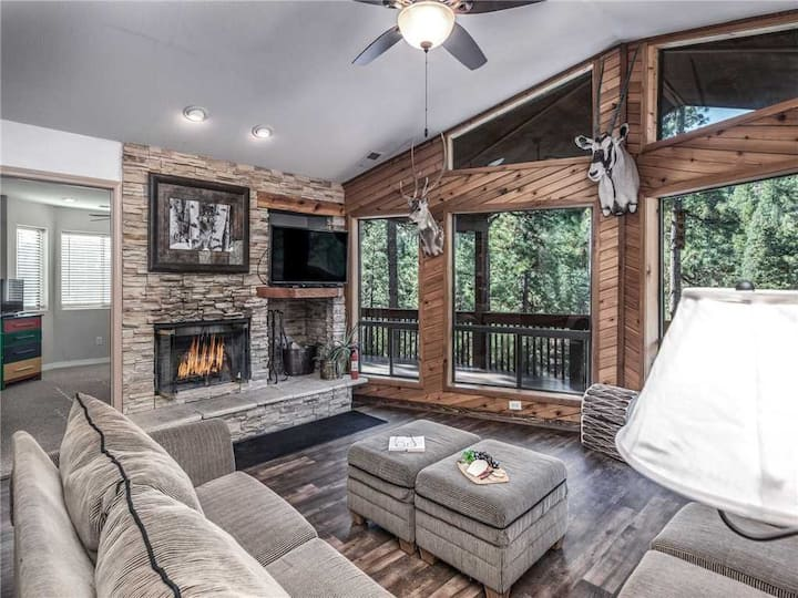 A River Runs Through It, 4 Bedroom, Hot Tub, AC, Wooded, 4 TVs, Pets Allowed
