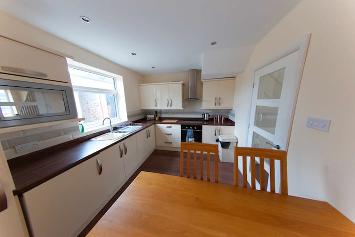 FULLY REDECORATED FURNISHED HOUSE SHARE/FULL RENT