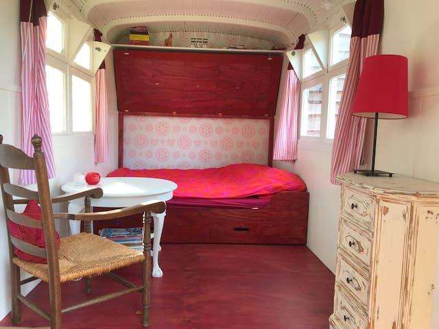 Knus slapen: het bed is 140x190 cm. Diagonaal kan ook goed!
