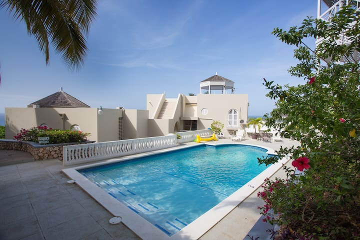 Oceanview Apartment with pool access