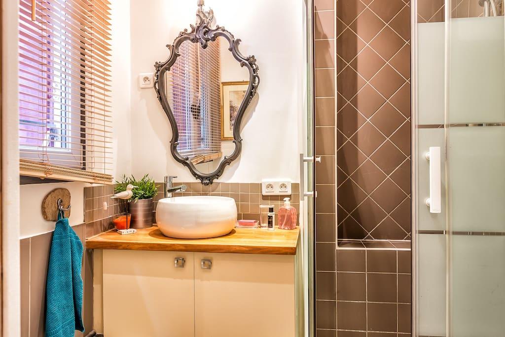 une salle  d'eau avec douche de 90cm et WC