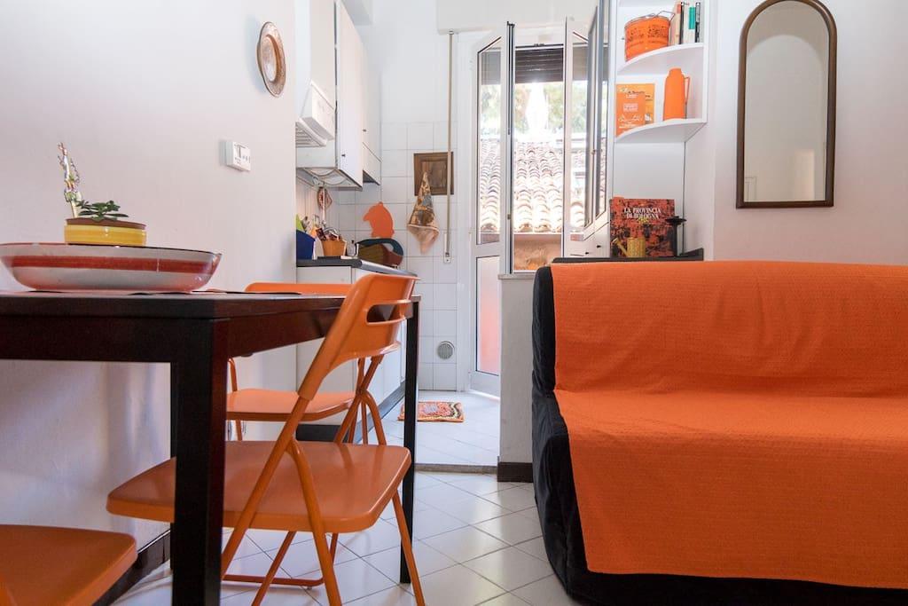 Living, cucina e balcone