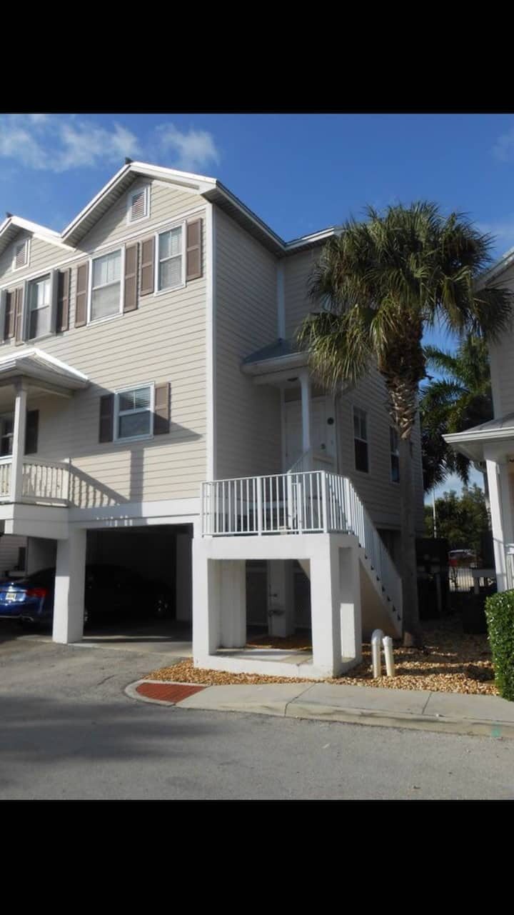 Updated Charming 2 Bed& 2 1/2 Bath Vacation Rental
