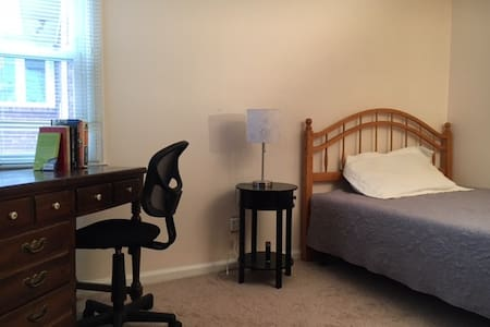 Queen Room in Buckingham Lake-Crestwood - Albany