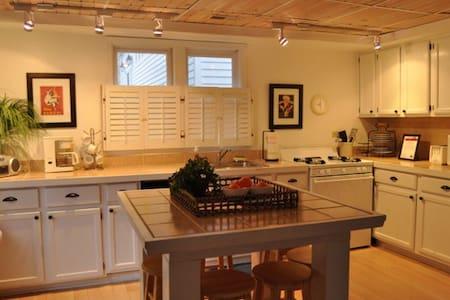 Grace Cottage-fireplace, wifi, cable-Sleeps 6 - Union Pier - Rumah