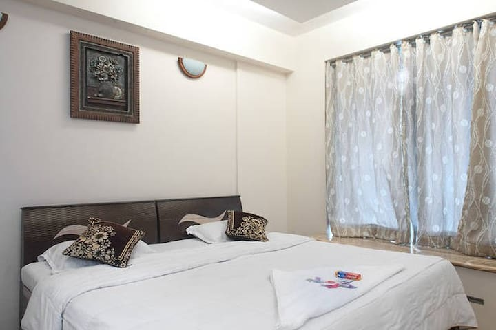 An AC room in 3BHK @ The View Hiranandani, Powai - Mumbai - Apartment