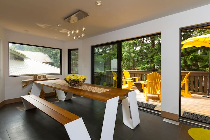 Luxury chalet minutes from Whistler village!