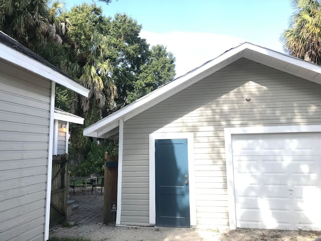 Seminole Heights Apt, Steps from Cafes/Food/Bars!